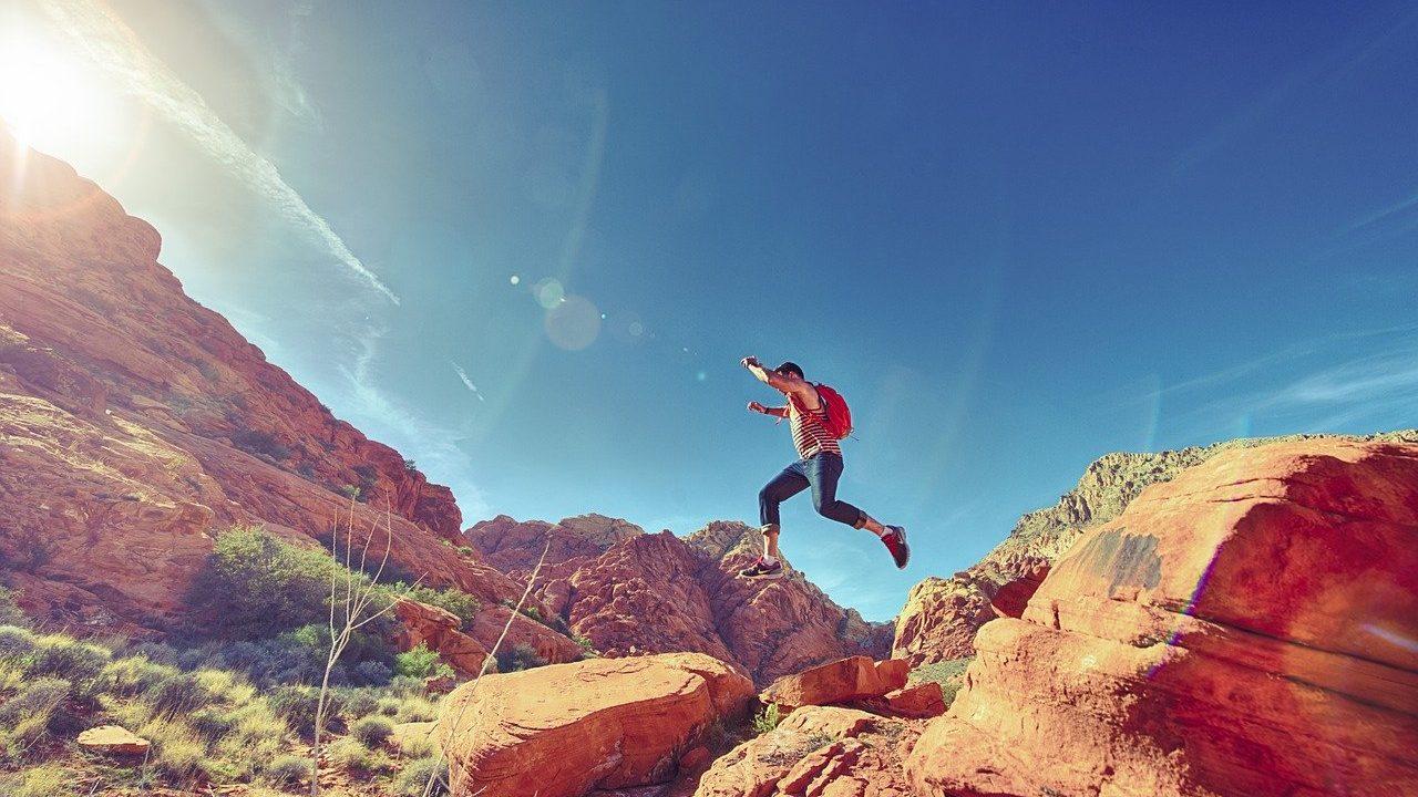 岩を楽しそうに駆け上る人